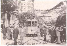 Tranvía nº 2 por la avenida de Alfonso X el Sabio. Al costado el Mercado Central de Alicante
