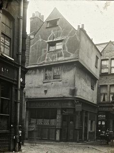 24 Cloth Fair or the Dick Whittington Inn was a building of the sixteenth century once part of a row of medieval buildings lining the street. It stood at the end of cloth fair with the junction to Kinghorn st. Victorian London, Vintage London, Old London, London Pubs, London City, Victorian Photos, East London, Old Pictures, Old Photos