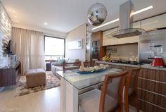 A sala de estar integrada com cozinha e sala de jantar é ótima para apartamentos e casas pequenas.