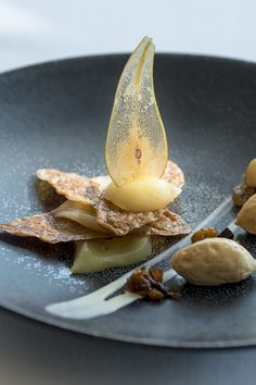 """Poached pear and spicy """"Arlette"""" cookie, caramel mousse and dry candied fruits Caramel Mousse, Candied Fruit, Poached Pears, Panna Cotta, Spicy, Restaurant, Cookies, Ethnic Recipes, Food"""
