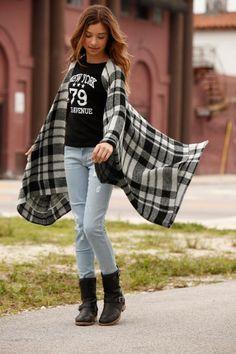 Kühlere Herbsttage lassen nicht mehr lange auf sich warten. Gut, wenn die kommenden It-Pieces schon griffbereit sind. Zum Beispiel der angesagte Karo-Poncho von Arizona, der sich perfekt mit der Skinny Jeans und dem sportlichen Shirt kombinieren lässt.