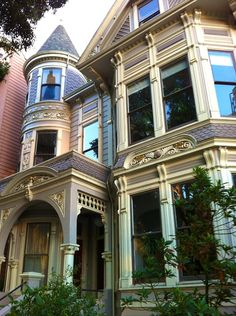 Ahhh, and to be back in my old dtomping grounds, too. typical Victorian (Queen Anne) in San Francisco, California by Victorian Architecture, Architecture Details, Victorian Style Homes, Victorian Houses, Victorian Life, Victorian Cottage, Beautiful Buildings, Beautiful Homes, Second Empire
