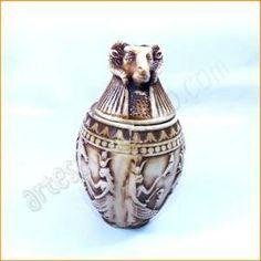 Artículo de artesanía egipcia de los vasos canopos egipcios, usados en el Egipto antiguo para depositar las vísceras de los difuntos antes de embalsamarlos.