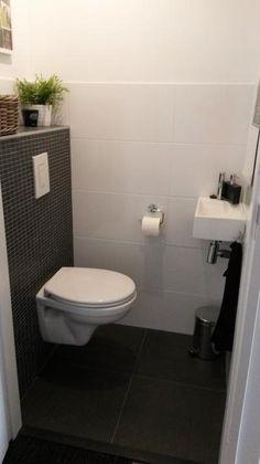 Bekijk de foto van janinedh met als titel Toilet tegels tot 1.50 meter, daarboven glad stukwerk. Mozaik tegen achterwand en andere inspirerende plaatjes op Welke.nl.