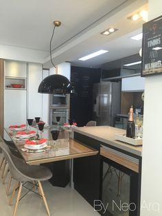 Cozinha integrada e mesa de jantar integrada a balcão de apoio Projeto www.neoarq.com.br Kitchen integrated with a big dinner table and balcony