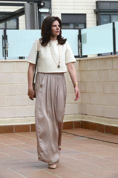 Look working relajado con crop top de H&M, falda larga de Zara y complementos de MassimoDutti