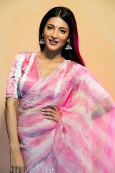 Shruti Haasan's Beautiful Pics In Pink Saree Stylish Blouse Design, Fancy Blouse Designs, Stylish Dress Designs, Saree Blouse Designs, Blouse Patterns, Sonam Kapoor, Deepika Padukone, Formal Saree, Saree Trends