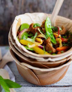 Tuorekset-reseptit - Possuwokki. Onko sinulla malttia tehdä ruoka thaimaalaisittain eli pilkkoa ensin kaikki wokin ainekset ja sitten wokkailla. Monella ei ole. Kasviöljy savuaa jo pannulla kun on vasta sipulista puolet kuorittuna. Ratkaisun toi Tuorekeset - käyttövalmiit kasvikset. Mexican, Fish, Ethnic Recipes, Blessed, Peace, Movie, Red Peppers, Pisces, Film