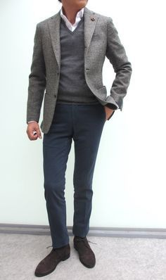 This combo of a grey wool blazer and charcoal chinos is a mix between dressy and off-duty. Let your sartorial chops really shine by complementing your look with a pair of dark brown suede desert boots. Mens Fashion Sweaters, Mens Fashion Suits, Mens Suits, Men Sweater, Casual Outfits, Men Casual, Smart Casual, Simple Outfits, Look Formal