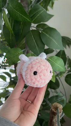 Diy Crochet Projects, Crochet Crafts, Yarn Crafts, Crochet Toys, Sewing Projects, Crochet Bee, Kawaii Crochet, Cute Crochet, Easy Crochet