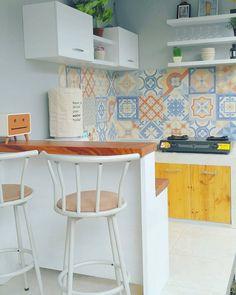 Красивая плитка фартук в кухне Desain Dapur Minimalis Dengan Model Keramik Dinding Dapur Yang Lagi Ngetren Kitchen Sets, Kitchen Layout, New Kitchen, Kitchen Pantry, Home Interior, Kitchen Interior, Kitchen Decor, Interior Design, Minimalist Kitchen