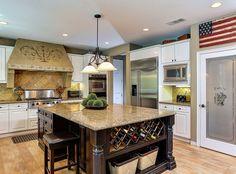Diese vielseitige Küche bietet Edelstahlgeräte in weißen Schränke auf strukturiertem Licht Ton Holzböden eingefügt.
