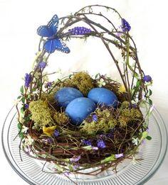 une corbeille décorative pour Pâques remplie de mousse et oeufs bleus