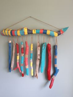 Painted Driftwood Wallhanging/ Windchime - Diy Home Decor Painted Driftwood, Driftwood Crafts, Beach Crafts, Diy And Crafts, Kids Crafts, Ideas Cabaña, Room Ideas, Craft Ideas, Stick Art
