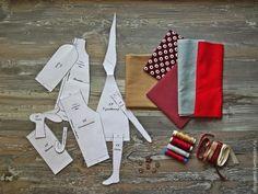 В предверии приближающихся новогодних праздников, предлагаю вам сшить Санта Клауса от Тони Финангер. Для Санты нам понадобится: Ткань (для тела и оленя, для штанишек, пальто, мешка), фетр (для сапог, колпака). Нитки соответствующих цветов, румяна, акриловая краска (черная) для глаз, шерсть для валяния (можно заменить пряжей). Выкройка. Декор: пуговицы, ленты, подвески, бусины и прочее.