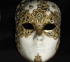 Volto macramè oro. Golden Face decorated SA27. Maschera realizzata a mano in cartapesta. Decorata con la tecnica dello screpolato, pizzo macramè ed impreziosita da cristalli Swarovski e perle.