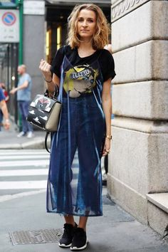 Sobreposição com transparência, t-shirt gráfica, calça jeans cropped, tênis preto, vestido transparente sobreposto