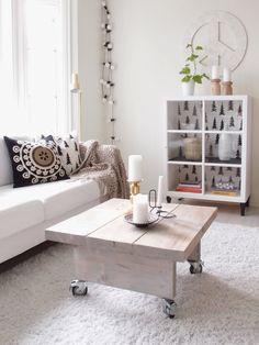 Simpel maar mooie bijzettafel van steigerhout op een wit kleed, dat wil ik ook!