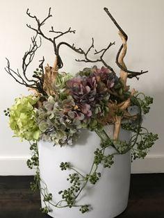 Creatie met zijden hortensia's in paars/groen tinten. www.abonneefleur.nl Big Vases, Deco Floral, Ikebana, Diy Flowers, Grapevine Wreath, Floral Arrangements, Easter, Wreaths, Spring