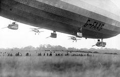 Nave nodriza se acerca a la tierra mmm... Aviones Gloster Gavilán con motor Jaguar de 350HP cuelgan de un dirigible clase R33 Patrol británico, 1926.