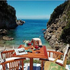 A private moment overlooking a private beach along the #AmalfiCoast of Italy. Say good morning to the @relaisreginagiovanna and make this your reality. TravelWell #TravelFly. :::::::::::::::::::::::::::::: #PassportLife #HotelDreaming#HotelLife #HotelSpotting #Travel #Wanderlust #Fernweh #TravelTheWorld #TravelOn #BlackTravelers #TravelJunkie #TasteInTravel #LuxeTravel #WellTraveled #InspireToTravel #TravelLife #TravelGram #TravelBetter #IGTravel #HotelLove #HotelLove #ResortLife…