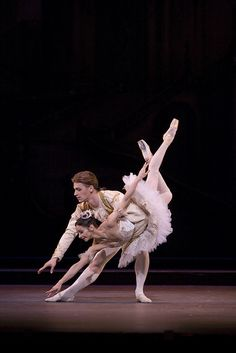 Roberta Marquez as Princess Aurora and Rupert Pennefather as Prince Florimund in The Sleeping Beauty © ROH / Bill Cooper 2006