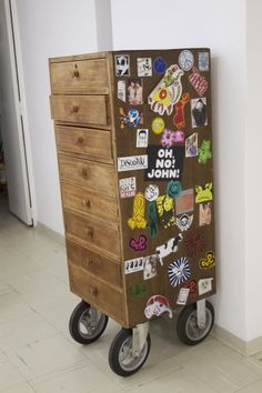gaveteiro com adição de rodas industriais em reuso na @Retrozaria Art cabeleireiro.