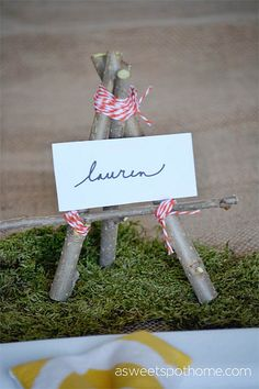 This #DIY rustic place card holder is so simple and perfect for entertaining. Great for adult parties or for fairy and woodland parties!