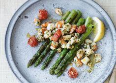 Asparges og skaldyr er en god kombination. Her kan du bruge både grønne og hvide asparges. Bare husk, at de hvide skal skrælles og koges lidt længere tid end de grønne. Beregn 3-4 hvide asparges pr. person