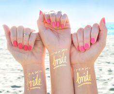 Bachelorette Party Tattoo! Dieses Team Braut Tattoo © Set 12 Bachelorette Tattoos machen die perfekte Party begünstigt. Gold Bachelorette temporäre Tattoos sind eine lustige und stilvollen Art und Weise, deine Braut zu feiern!  Jeder Auftrag beinhaltet: 11 x Team Braut Tattoos, 1 x Braut Tattoo  -1.5 Wide. Tolle Größe für das Handgelenk -Sollen die letzten 2-3 Tage -Wasserdicht  ----------------------------------------------------------------------------------------------- N E E D * M O R E?…