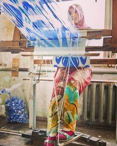 Ikat weaver in Uzbekistan  - #ikat #ikatrugs #fabrics #textiles #textiledesign #naturaldyes #handmade #prints #weaving #handwoven #uzbekistan #ihavethisthingwithtextiles