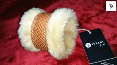 Bratara din piele naturala 33 -maro animal print -blana sintetica bej -captusita cu aceeasi blana -inchizatoare metalica aurie -dimensiuni: L=17-18cm l=5-8cm cu blana  PRET: 80 Lei