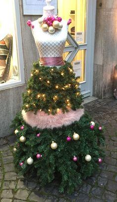If you want to learn how to make Manaquin Christmas Tree, Dress Form Christmas Tree, Creative Christmas Trees, Holiday Tree, Pink Christmas, Beautiful Christmas, Christmas Crafts, Holiday Decor, Christmas Dresses
