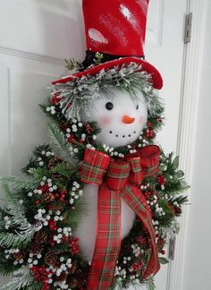 Latest Screen snowman Wreath Thoughts You will find thus many things to preoccupy craft fans during Christmas time nonetheless unquestiona Christmas Snowman, Christmas Holidays, Snowman Wreath, Christmas Ornaments, Snowman Door, Celebrating Christmas, Office Christmas, Snowman Crafts, Wreath Crafts