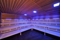 Exklusives Saunadesign mit abgerundeter Decke und verschiedenfarbigem Espenholz. Dank Kombi-Heizsystem wird aus der finnischen Sauna schnell eine warmfeuchte BI-O Sauna.  Mehr Inspiration für Ihre Sauna auf der corso Homepage - reinklicken! #Multifunktionssauna #Designsauna #Profisauna #HotelSauna #FitnessclubSauna #gewerblicheSauna #Spa-Sauna  #Themen-Sauna #professionalsauna #luxurysauna   #Дизайнсауна #Застекленнаясауна #роскошьюсауны #саунаотеля