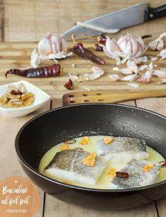 Bacalao al pil pil. Esta receta de bacalao al pil pil os va a gustar mucho porque os enseñamos un truco para hacer el pil pil más fácil. Kitchen, Recipes, Food, Gastronomia, Fast Recipes, Sweet And Saltines, Dishes, Beverage, Fish