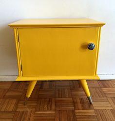 Encontrá Mesa De Luz Vintage (VENDIDA). Muebles, Living y más objetos únicos recuperados en MercadoLimbo.com. https://mercadolimbo.com/producto/2101/mesa-de-luz-vintage-vendida