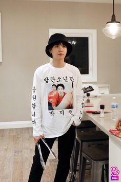 I not only love how Yoongi looks here, but I also really love that shirt😂
