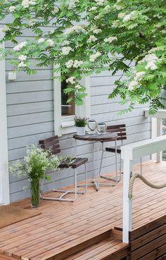Siinä se nyt on, rimoitusta vaille valmis terassi. Saimme terassin sopivasti valmiiksi juhannukseksi. Maalasin kaidepuita vielä torstai-iltana ja kerrosten kuivumisen välillä, asensimme rannalle tu…