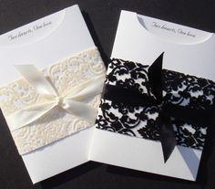 Némi fehér vagy fekete csipkerátét a fehér borítékon. Letisztult és elegáns.