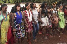 Alessandra Santos Abreu, nova coordenadora do Dsei (de blusa e calça jeans no centro da foto), dança com os indígenas