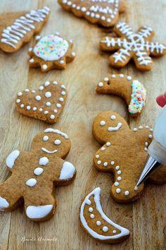 Turtă dulce decorată cu glazură de zahăr Romanian Desserts, Romanian Food, Gingerbread Cookies, Christmas Cookies, Biscuits, Chef Paul, Love Chocolate, Food Festival, Royal Icing