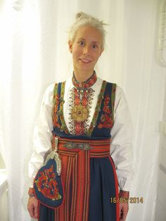 Øst / Aust Telemark bunad med skjorte og sølv | FINN.no Folk Costume, Costume Dress, Costumes, Inuit Clothing, Scandinavian Embroidery, Hardanger Embroidery, Unique Dresses, Traditional Outfits, Beautiful Outfits