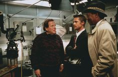 Arnold Kopelson (producer), Brad Pitt and Morgan Freeman on the set of Se7en (David Fincher, 1995)