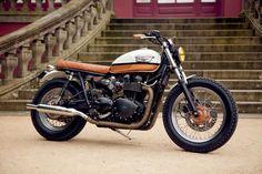 Ceci est la dernière prépa made in Porto par Ton-Up Garage : c'est une Triumph Bonneville T100 très chic qui pourrait passer
