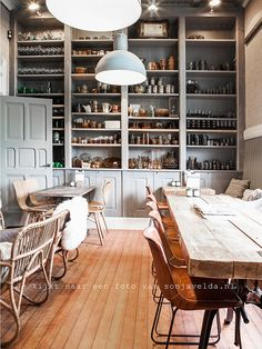 restaurant table Love that table and shelving Cafe Bar, Cafe Bistro, Cafe Shop, Cafe Restaurant, Restaurant Design, Restaurant Shelving, A Pontenova, Bar Retro, Lifestyle Fotografie