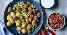 Små sprøde kødboller og frisk og syrlig rabarberkompot.....forårs- og sommermad når det er bedst!
