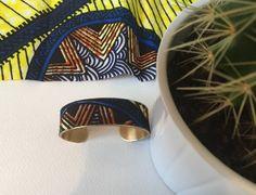 Joli bracelet en laiton recouvert de tissu wax traditionnel africain. Largeur 2cm taille de poignet réglable. Dans la tendance actuelle ethnique africaine, à porter seul ou en ac - 20586498