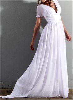 Romantisch und zeitlos! Ein Traum Brautkleid aus feinem Chiffon mit V-Ausschnitt und kurzer Schleppe.