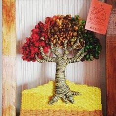 Árbol de la vida a la #venta en #latejeduria #handmade #hechoamano #hechoenchile #telar #instagram Pin Weaving, Weaving Art, Loom Weaving, Diy And Crafts, Arts And Crafts, Weaving Wall Hanging, Craft Stalls, Thread Art, Weaving Projects
